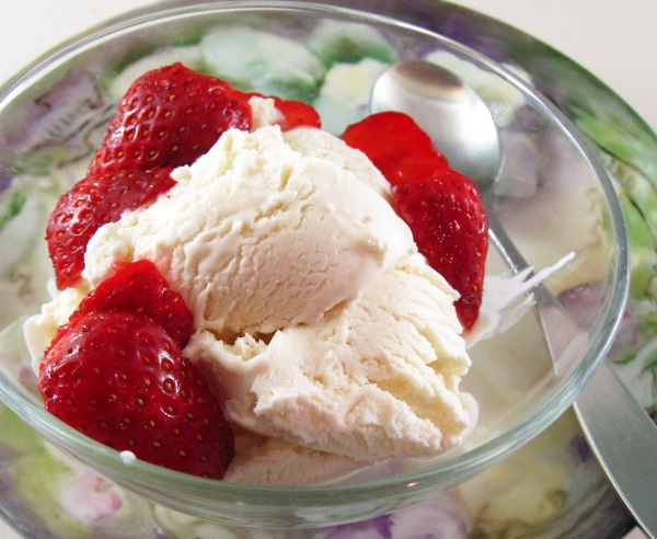 Fresh Mint Frozen Yogurt with Strawberries